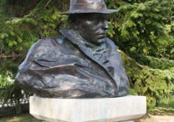 Ady Endre, Zalaegerszeg, 2001, bronz, kő, 58 cm