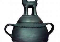 Bogrács kosfigurával, 1980, redukált kerámia, 40 cm