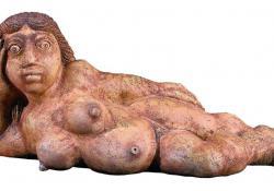 Fekvő nő, 1999, agyagmázas samott, 38x88 cm