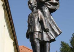 Hazavárunk, Zalaszentiván, 2003, bronz, kő, 162 cm