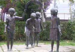 Játszó gyerekek, Kaposvár, 1983, bronz