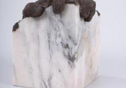 Kapaszkodás, 2005, márvány, gipsz, acélpor, 19 cm