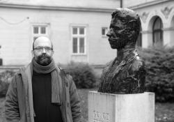 Varju András fémrestaurátor, Göcseji Falumúzeum vezetője az általa restaurált Gönczi Ferenc szobor mellett